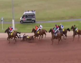 La chute d'Urbie Blue à Cabourg a entrainé celle de 4 autres jockeys...